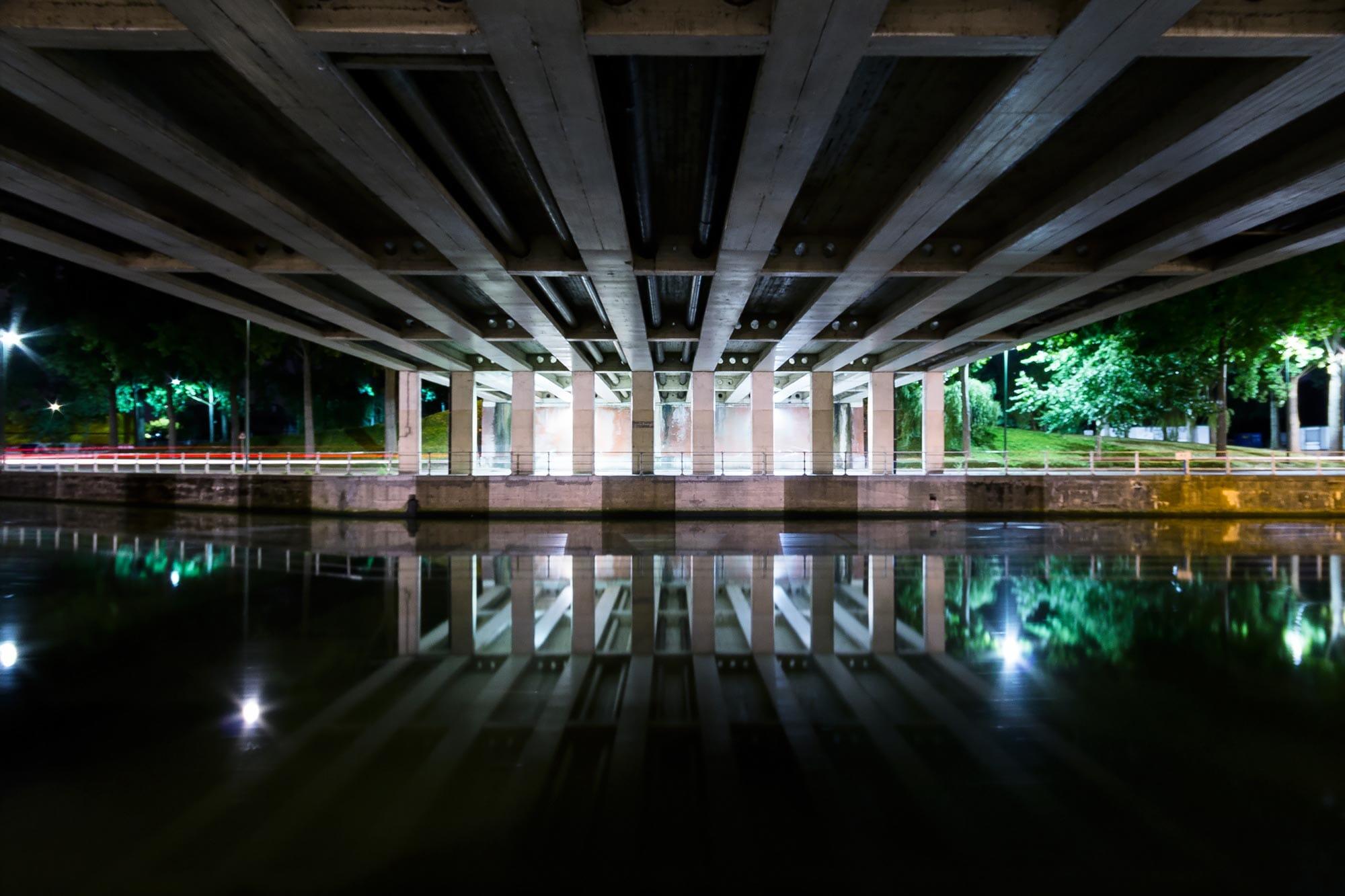 Photo de nuit d'un pont à Anderlecht